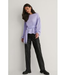 na-kd långärmad topp med bälte - purple