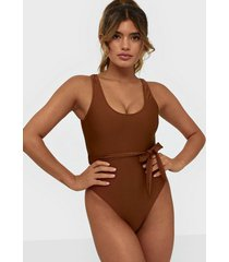 missguided scoop back swimsuit with self belt baddräkter