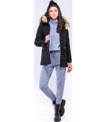 abrigo negro tipo capa con cremalleras y capota con peluche
