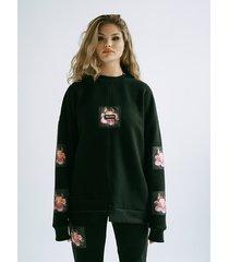 czarna bluza w płonące kwiaty