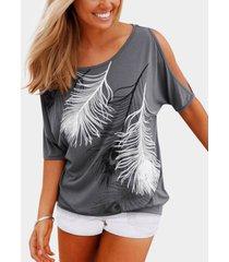 camiseta gris con estampado de plumas y hombros fríos
