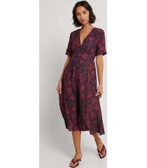 na-kd v-ringad klänning med blommigt tryck - burgundy