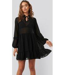 na-kd boho tie neck flowy mini dress - black