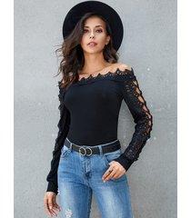 camiseta de manga larga con hombros descubiertos y encaje de crochet negro