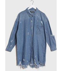 vestido missguided  plussize  distress hem denim shirt azul - calce oversize