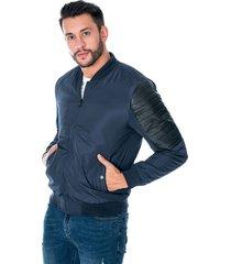 chaqueta para hombre azul con cremallera y bolsillos laterales con botón apliques en manga de polipiel