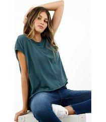camiseta de mujer, silueta oversized, manga sisa, con corte más largo atrás y abertura, color verde.
