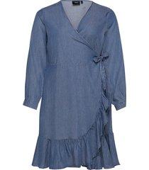 wrap dress plus ruffles knälång klänning blå zizzi