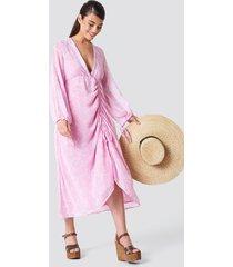 na-kd boho balloon sleeve drawstring maxi dress - pink,multicolor