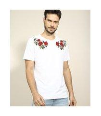 camiseta masculina com bordado floral manga curta gola careca branca