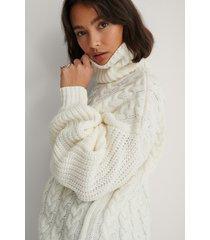 na-kd kabelstickad tröja med ribbade ärmar och hög krage - white