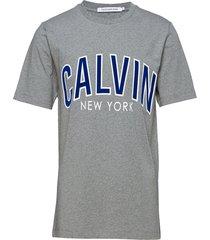 calvin curved varsit t-shirts short-sleeved grå calvin klein jeans
