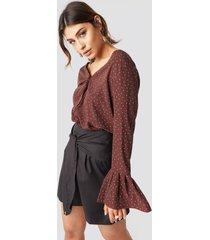 milena karl x na-kd flared cuff dot blouse - brown