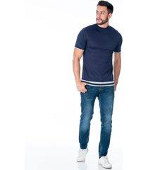 camiseta tejida azul para hombre con franjas grises