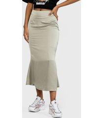 falda missguided line satin slip midi skirt  verde - calce ajustado