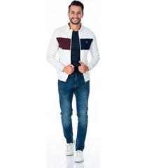 chaqueta gris para hombre con bolsillos laterales con cremallera plateada combinado azul y vinotinto
