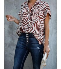 blusa de manga corta con cuello clásico con diseño de botones de cebra