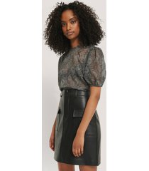 na-kd trend structured rose puff blouse - black