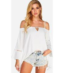 blusas blancas de manga larga con hombros descubiertos y dobladillo alto-bajo