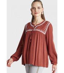 blusa con bordado en el cuello terracota curvi