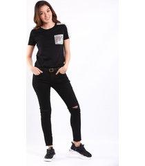 camiseta negra con apliques en lentejuelas en hombros y bolsillo frontal