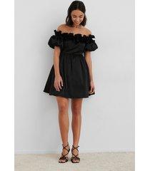na-kd trend off the shoulder satin dress - black