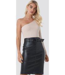 na-kd trend belted midi skirt - black