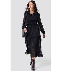 na-kd boho ruffle details flowy midi dress - black