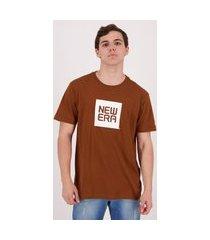 camiseta new era essentials marrom