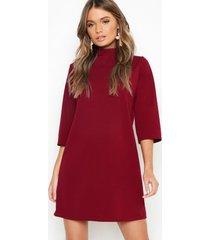 loshangende jurk met hoge kraag en driekwartsmouwen, berry