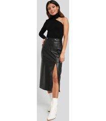 na-kd faux leather side slit skirt - black
