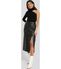 na-kd faux leather side slit skirt - black