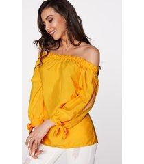 blusa de manga larga con hombros descubiertos y lazo amarillo