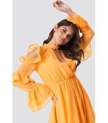 andrea hedenstedt x na-kd cold shoulder flounce maxi dress - orange