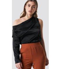 hannalicious x na-kd one shoulder satin blouse - black