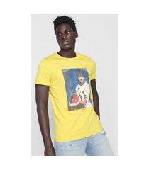 camiseta colcci astronauta amarela