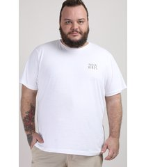 "camiseta masculina plus size ""tropical vibes"" manga curta gola careca off white"