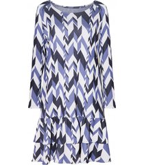 sukienka z falbanką w niebieskie wzory