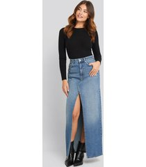 na-kd front split maxi denim skirt - blue