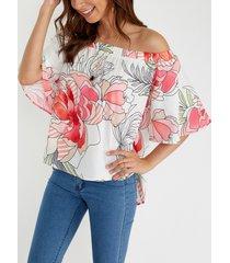 blusa con hombros descubiertos y flores al azar