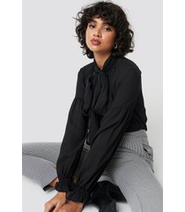 na-kd classic bow tie blouse - black