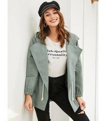 abrigo de diseño con capucha y cinturón con cordón de yoins