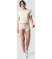 pamela x na-kd soft sweater shorts - beige