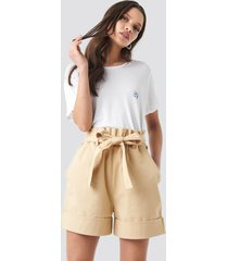 na-kd high waist chino shorts - beige