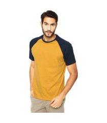 camiseta masculina raglan amarelo mostarda  com azul marinho