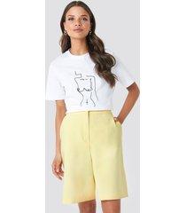 emilie briting x na-kd mid length shorts - yellow