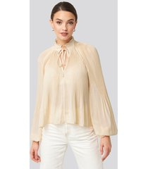 na-kd trend tie neck pleated blouse - white