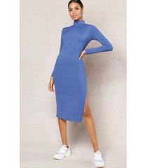jumbo rib high neck split midi dress, denim-blue