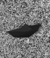 broszka porcelanowa origami łódka czarna