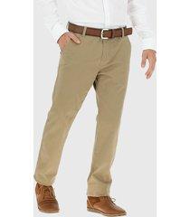 pantalón van heusen gabardina elasticada marrón - calce regular